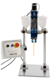 Máquina mezcladora y dispensadora de adhesivo líquido de Fustier capaz de dosificar volúmenes de líquido adhesivo que varían de 0,04 ml a 8,0 ml.