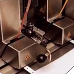 Aplicador automático de cintas adhesivas para la industria del PLV comercializado por Fustier