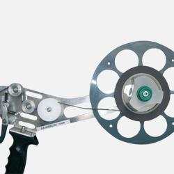 Aplicador manual de cintas adhesivas Vata 100 comercializado por Fustier