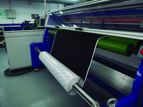 Vista de un equipo de laminación de productos adhesivos en la planta de laminado Fustier