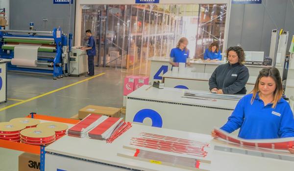 Planta Fustier para el manipulado de cintas y etiquetas autoadhesivas, piezas troqueladas y adhesivos líquidos.