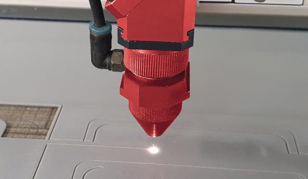 fustier tecnologias troquelados autoadhesivos detalle del láser